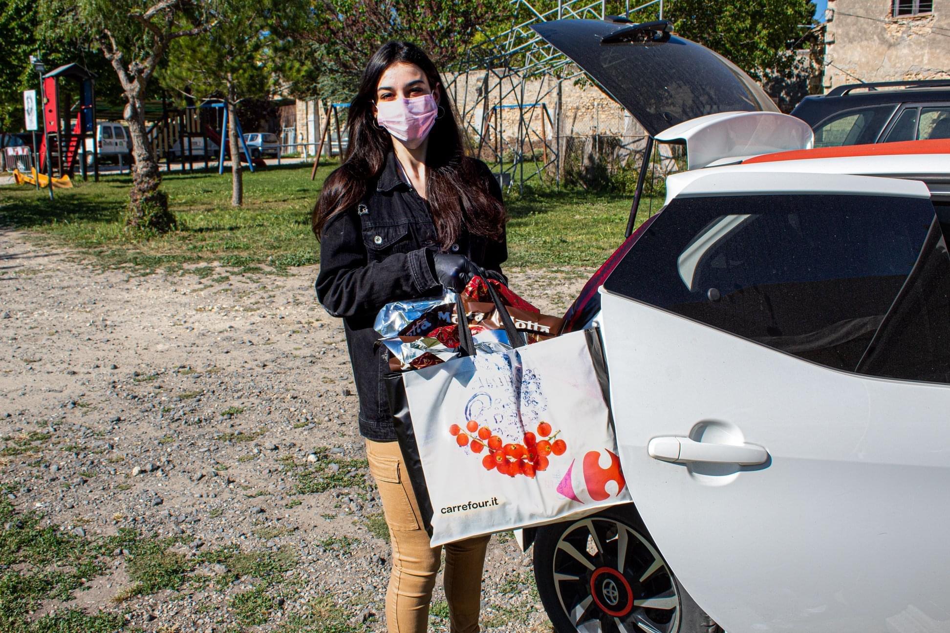 Anche Chiara Bordi, testimonial di Semi di pace, protagonista della consegna a domicilio