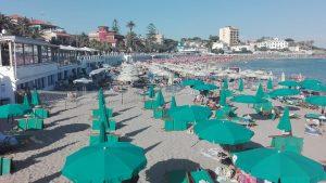 Misure anticovid, volontari  in spiaggia, al mercato rionale e in monopattino