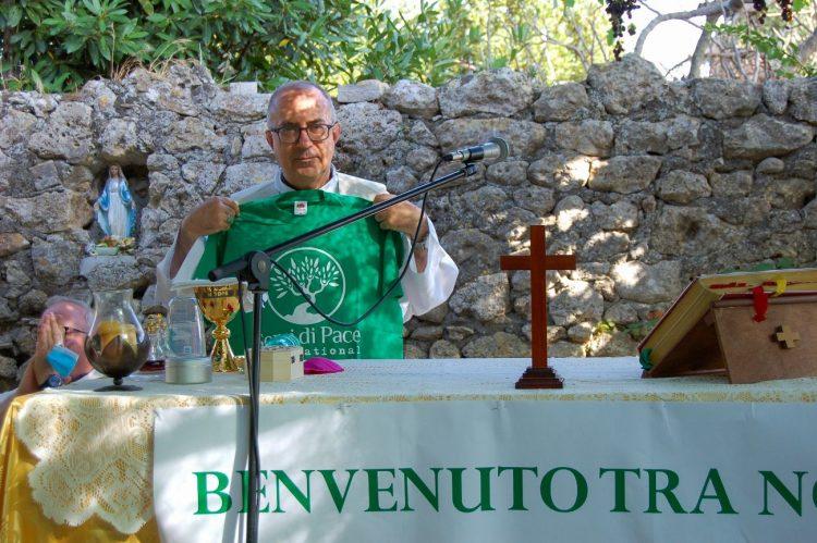 Grande festa per il vescovo Gianrico Ruzza in visita  alla Cittadella di Semi di Pace