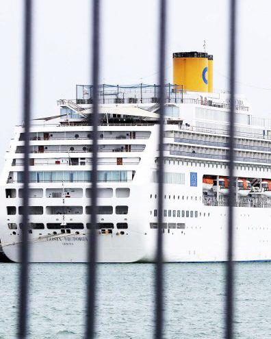 In isolamento le due navi della Costa Crociere nel porto di Civitavecchia