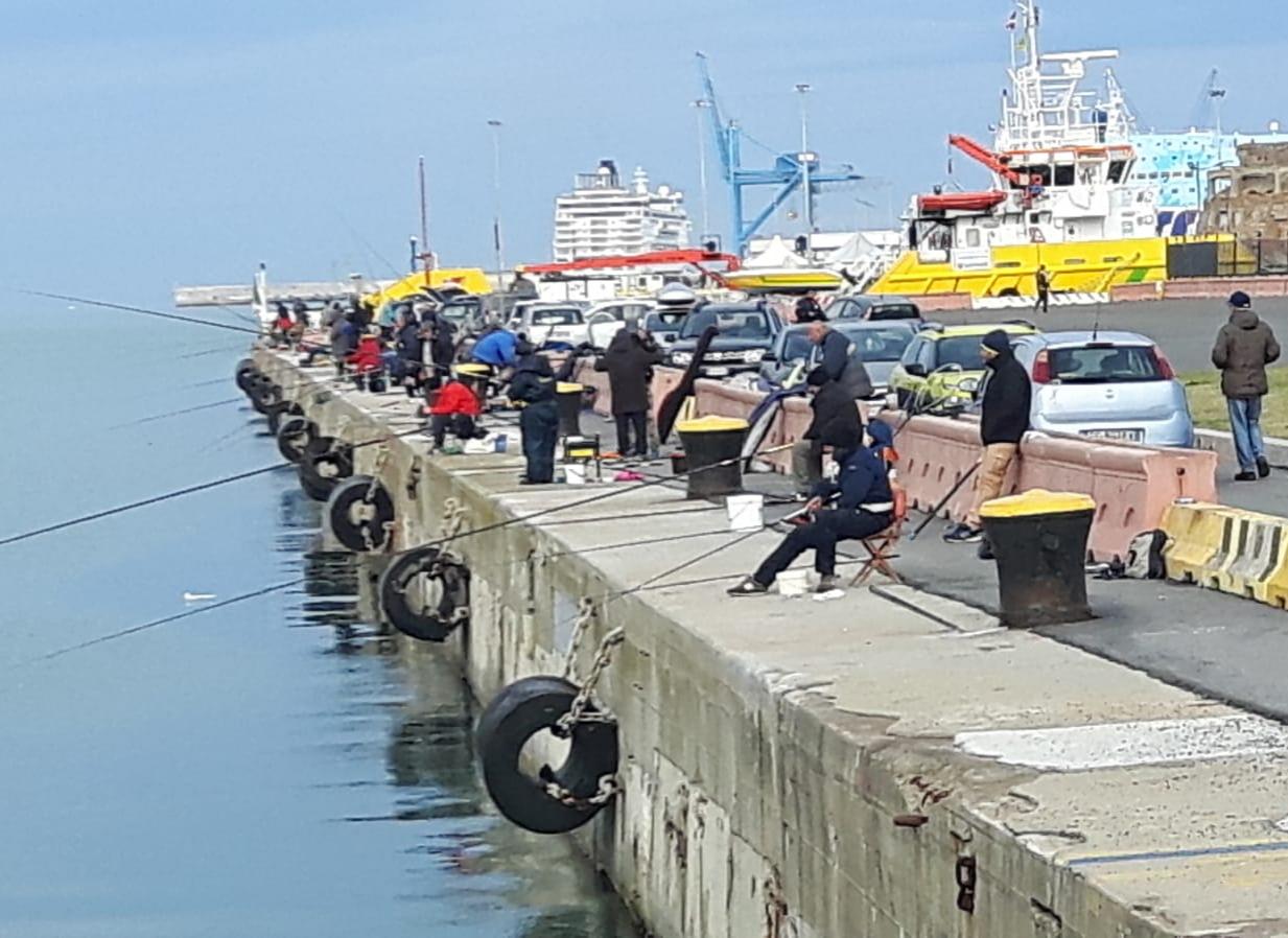 Pescasportivi in cerca di spazi e banchine all'interno del porto
